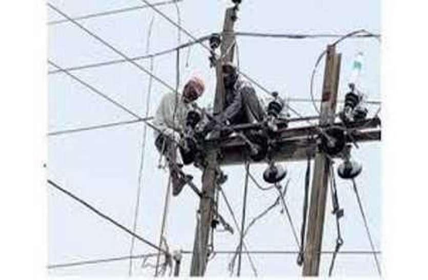 मानसून आया फिर भी जारी है बिजली विभाग का बारिश पूर्व मेंटेनेंस कार्य