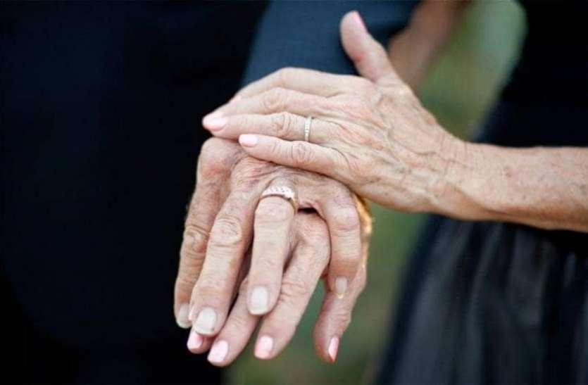 सौ साल के बुजुर्ग जोड़े ने रचाई शादी, इस तरह दोस्ती बदली प्यार में