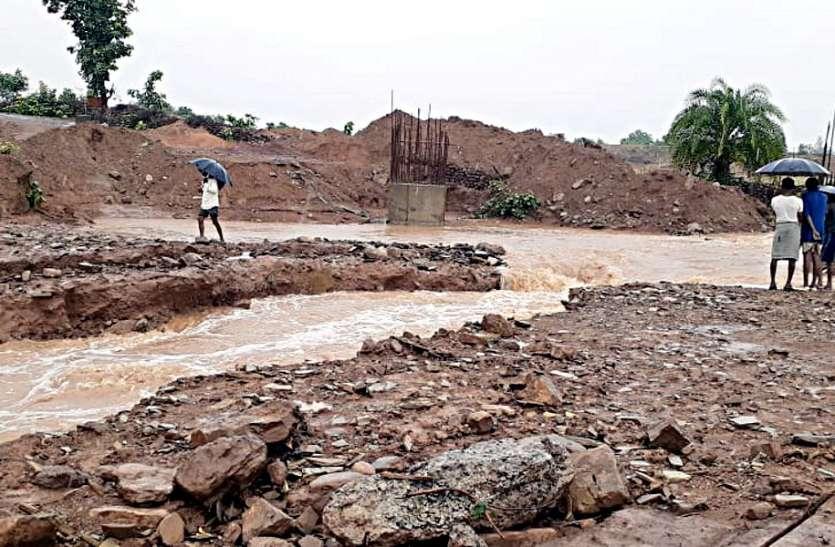 बारिश ने मचाई ऐसी तबाही कि कैद होकर रहे गए दर्जनभर गांव