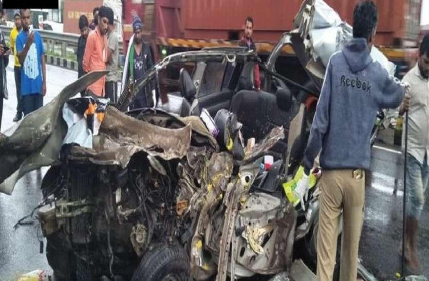 मुंबई- बैंगलोर महामार्ग पर भीषण दुर्घटना ,तीन की मौत