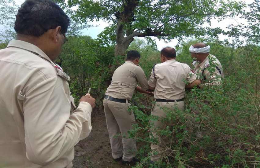 फोरेंसिक-फिंगर प्रिंट एक्सपर्ट के पहुंचने से पहले ही पुलिस ने पेड़ से उतारकर धुलवा दिया शव