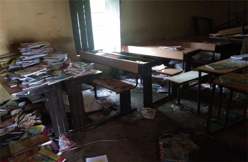हायर सेकंडरी स्कूल का भवन अधूरा, मीडिल स्कूल के कक्षों में लग रही कक्षाएं, विद्यार्थी हो रहे परेशान