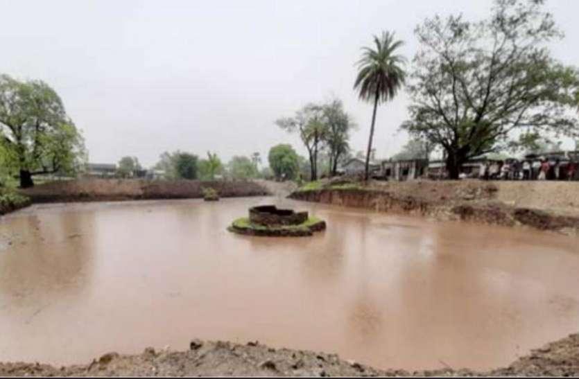 छोटा उदेपुर जिला : खुद के खर्च से ग्रामीणों ने खोदा तालाब