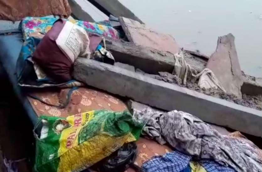 बारिश बनी आफत: रात में सोते समय ढहा मकान, दो बेटों के साथ मलबे में दब गई मां, देखें वीडियो