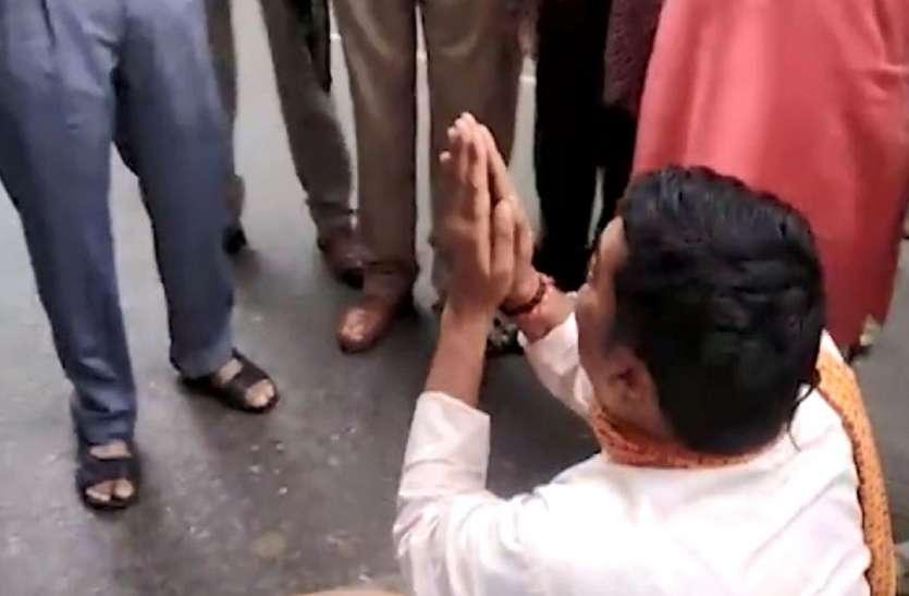 चालान कटने के बाद एसपी का पैर पकड़कर रोने लगे भाजपा नेता, फिर पुलिस को दे दी वर्दी उतरवाने की धमकी