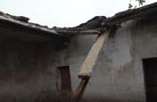 बारिश का प्रकोप, जर्जरहाल कक्षा-कक्ष की छत ढही, बड़ा हादसा टला, ग्रामीणों में रोष