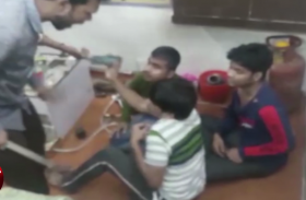 Video: सर्राफा व्यापारी ने घर में बंद कर दो कर्मचारियों को दी ऐसी सजा,वायरल वीडियो देख पुलिस ने दर्ज किया मुकदमा