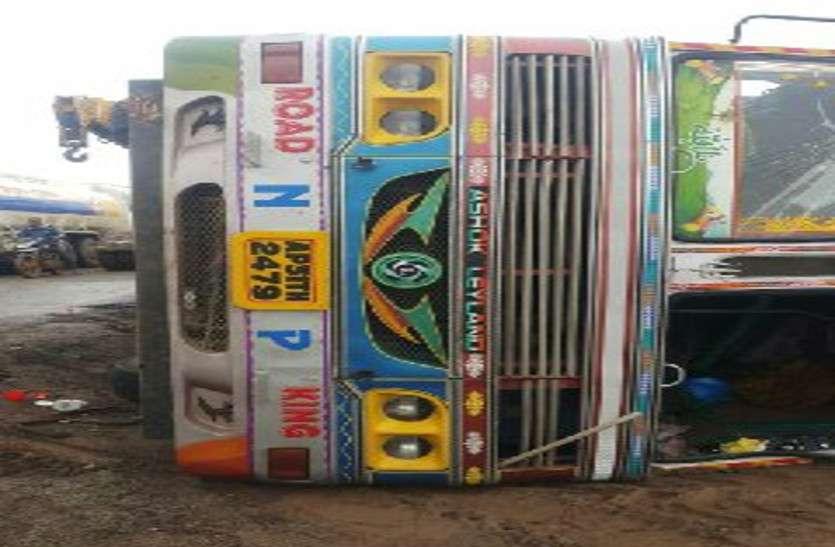 विशाखापट्टनम से डीजल लेकर जा रही टैंकर नेशनल हाईवे में अनियंत्रित होकर पलटा, घंटों तक लगा रहा जाम