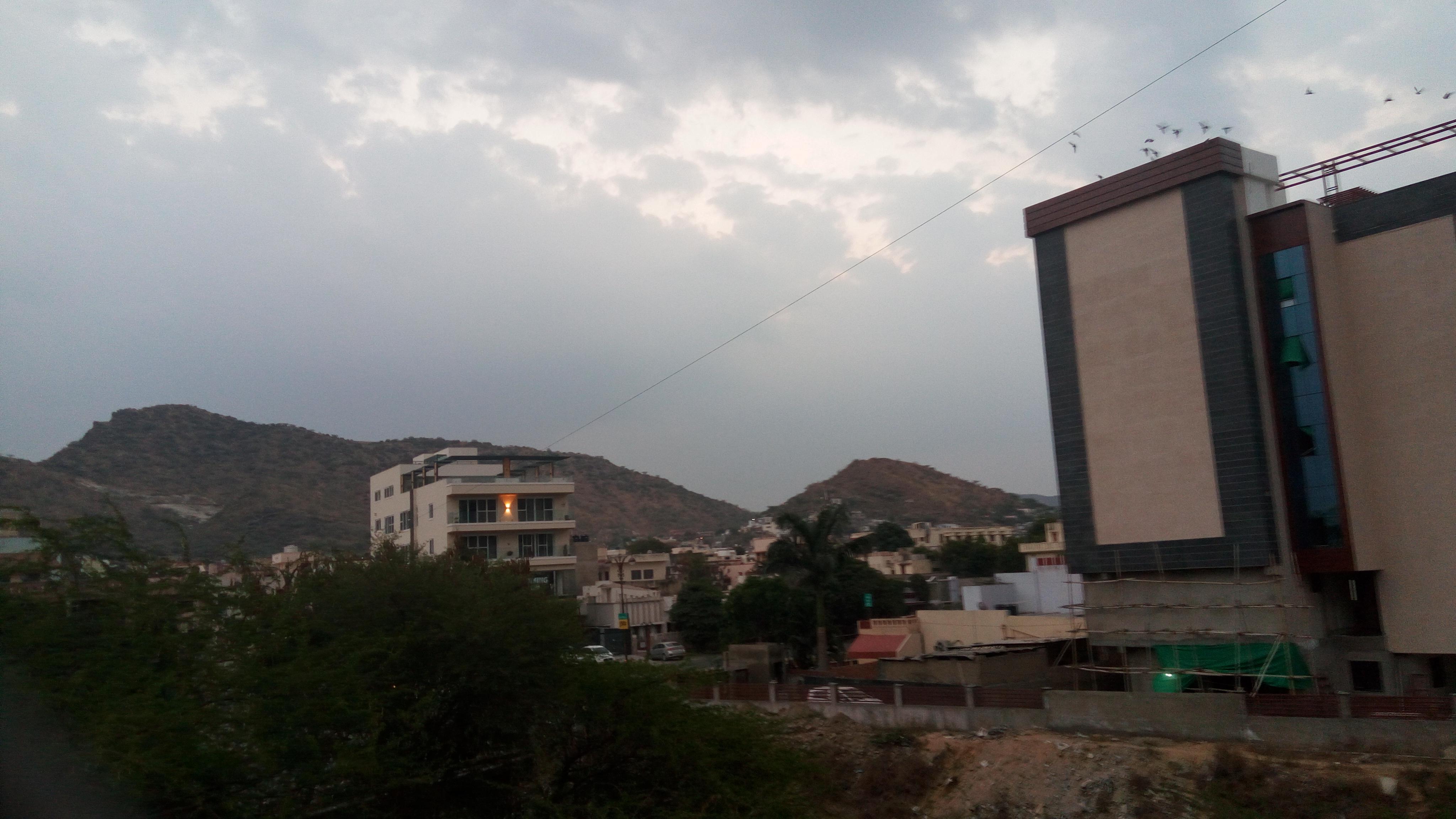weather: धूप-छांव का दौर, उमस और गर्मी बरकरार