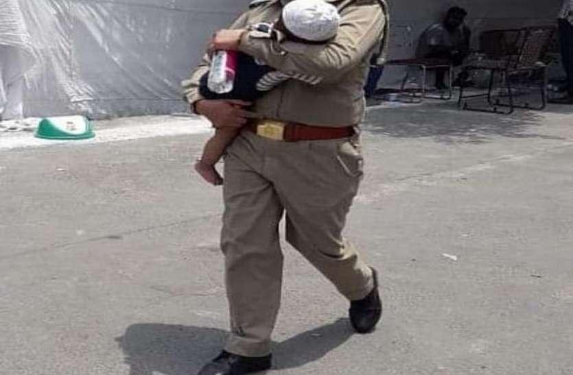 दुधमुंही बच्ची को साथ लेकर ड्यूटी करने पर महिला सिपाही सस्पेंड, डीजीपी ने शुरू की जांच
