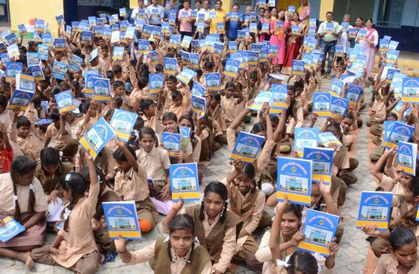 नोट बुक ही नहीं बांटी इन बच्चों के लिए पीने के पानी की व्यवस्था में भी किया सहयोग