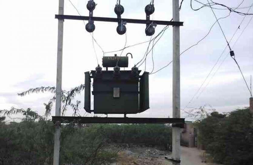 बारिश के बीच बिजली दे रही दगा, खुटार में एक सप्ताह से जला ट्रांसफार्मर, नहीं हुआ सुधार