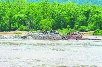 बाजार जा रहे थे गांव वाले अचानक बीच नदी में बंद हो गई मोटरबोट, ग्रामीणों ने एेसे बचाई जान