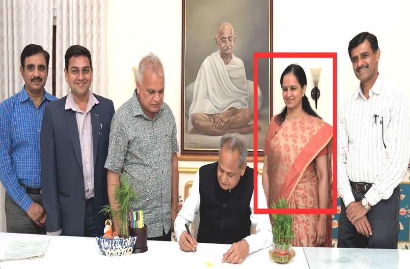 CM गहलोत के साथ फोटो सेशन में एकमात्र महिला IAS अफसर, बजट बनाने में है बड़ा रोल, जानिये कौन हैं ये