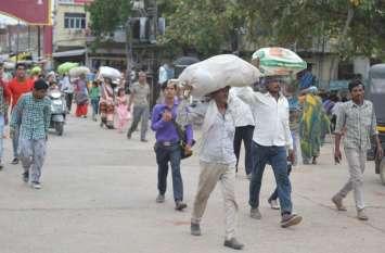 पन्ना जिले में रोजगार के लिए युवा कर रहे पलायन और इधर मजदूरी के लिए बिहार से बुलाए जा रहे पल्लेदार