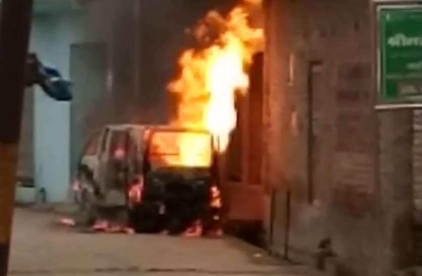 Illegal Gas Refilling: अवैध रूप से मारूति वैन मेें की जा रही थी गैस रिफलिंग, अचानक हुआ ऐसा कि मच गई भगदड़, देखें वीडियो