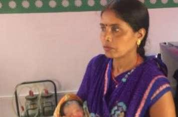 उत्तर प्रदेश की स्वास्थ्य सेवा - 102 पर जाती रही आशा बहू की कॉल, नहीं उठा फोन, शिक्षिकाओं ने साड़ी व दुपट्टा से घेरा बना रास्ते में कराया प्रसव