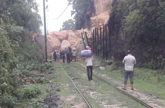 भू-स्खलन से रेलवे ट्रैक पर गिरा पहाड़ का बड़ा हिस्सा, लाइन क्लियर करने पहुंचे रेलवे के 200 कर्मचारी