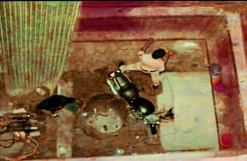 बुलेट सहित 50 फीट गहरे गड्ढे में गिरे दो युवक, दोनों गंभीर