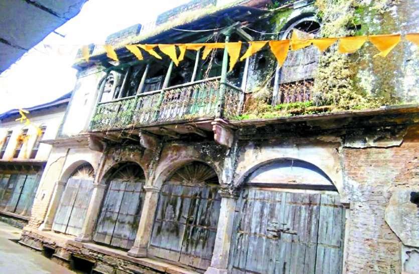 नोटिस के बावजूद पर जर्जर भवन के मालिकों ने नहीं तोड़े मकान