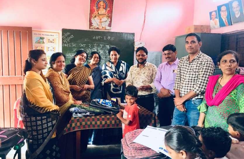 शासकीय शाला के बच्चों को महिला समिति ने बांटे बेग, कॉपी, पेन