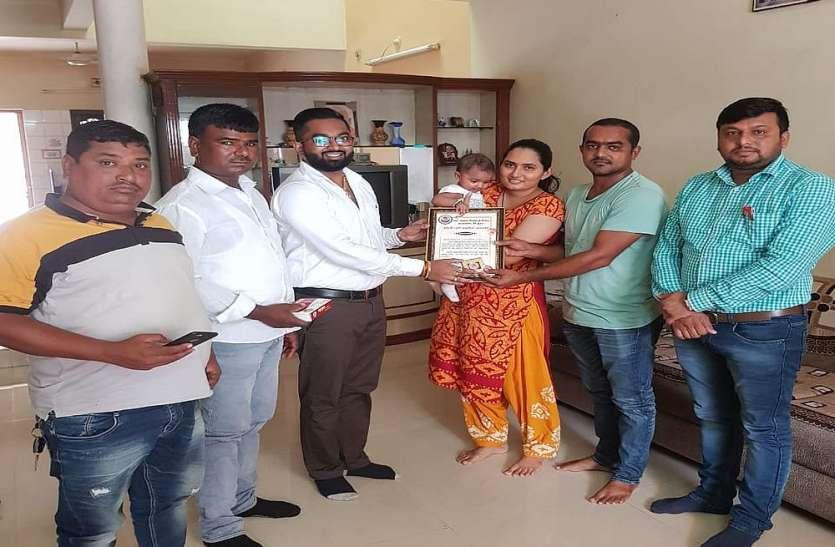 Surat News ग्राम पंचायत बेटी के जन्म पर दे रही चांदी का सिक्का