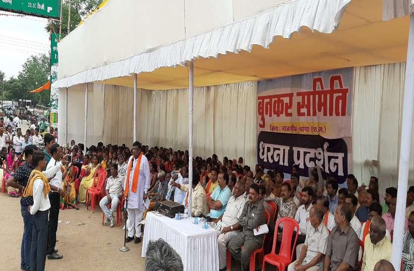 बुनकर परिवारों के आंदोलन में शामिल हुए विधायक, कहा- कमीशन के लिए प्रदेश सरकार ने 50 हजार बुनकर परिवारों के पेट पर मारा लात