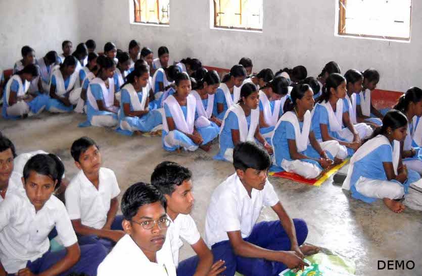जर्जर भवन में जमीन पर बैठकर पढऩे मजबूर हैं मिडिल स्कूल के बच्चे