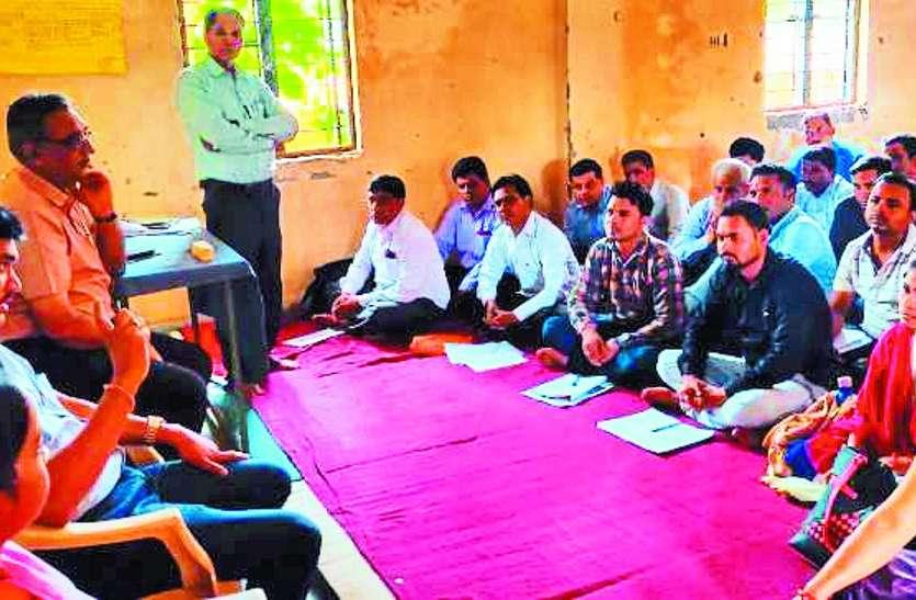 कलेक्टर पहुंचे स्कूलों का निरीक्षण करने, देरी से पहुंची शिक्षिका किया निलंबित