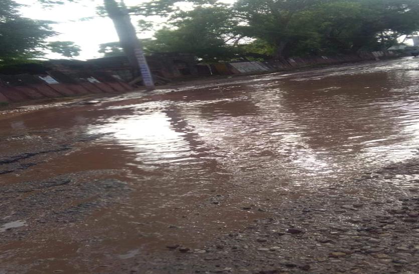 मौखिक आदेश पर करौली के अस्पताल रोड का सड़क निर्माण बंद