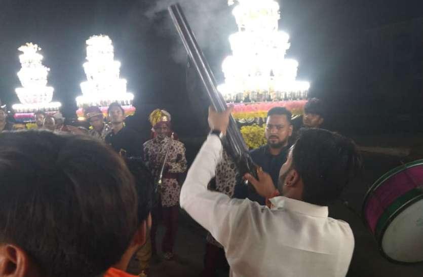 Tamanche pe Disco: सत्ता के नशे में चूर भाजपा नेता ने किया तमंचे पर डिस्को, शादी में आए बाराती देखकर रह गए हैरान, देखें वीडियो