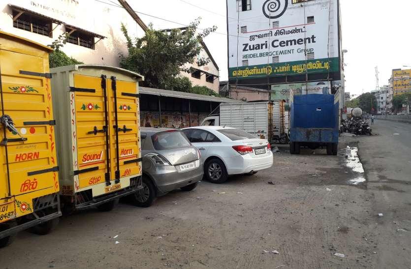 चेन्नई  के तिरुपल्ली स्ट्रीट बस स्टॉप पर वाहनों की पार्किंग