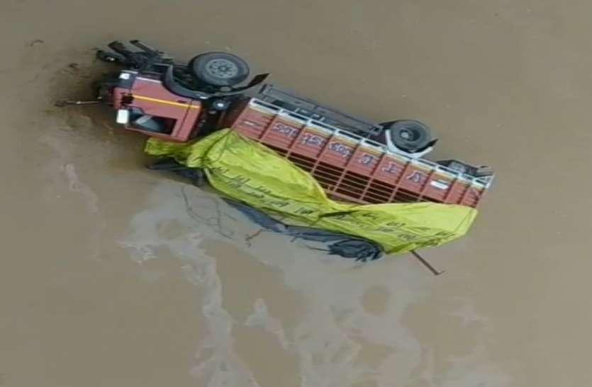 यूपी के सोनभद्र में कनहर नदी पर बने पुल का रेलिंग तोड़ते हुए ट्रक नदी में गिरा