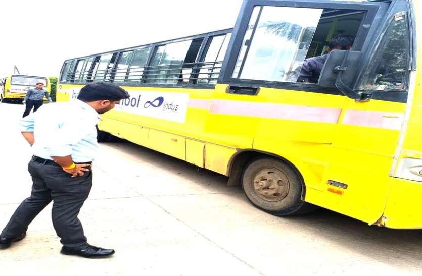 खस्ताहाल स्कूल बसों में ले जा रहे थे बच्चों को, 6 बसें की गईं जब्त