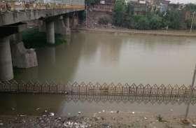 NGT की सख्ती बेअसर, सीवर व बाढ़ के पानी में डूबा वरूणा कॉरीडोर
