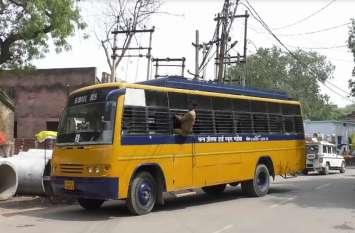 विद्युत तारों की चपेट में आई स्कूली बस, छात्र-छात्राओं में मची अफरा तफरी