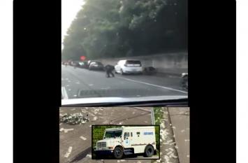 VIDEO: हाइवे पर अचानक होने लगी नोटों की बारिश, देखें फिर कैसे मची लूट