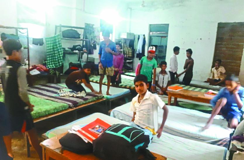 छात्रावासों की नहीं हो पाई मरम्मत छत से टपक रहा पानी, सीपेज से बढ़ी छात्रों की परेशानी