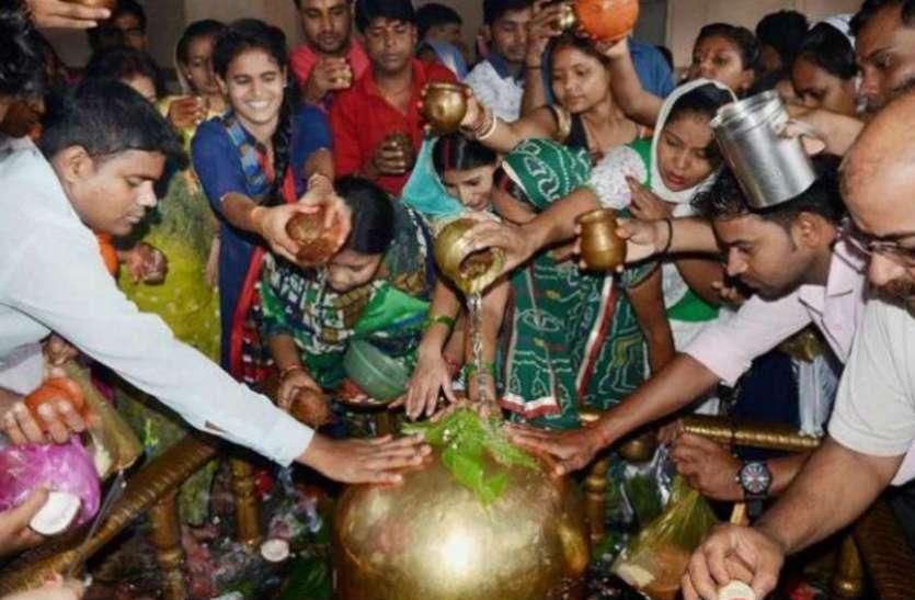 भगवान शिव को सावन में क्यों चढ़ाते हैं जल ?