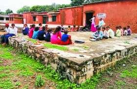 लापरवाही: विद्यालय के कमरों में घुसा बारिश का पानी, कमरे के बाहर संचालित करनी पड़ रही कक्षाएं