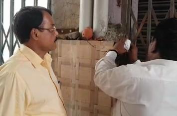 Rampur: Azam Khan के बाद अब बसपा के पूर्व मंत्री आए प्रशासन के निशाने पर, दुकान पर लगाया ताला- देखें वीडियो