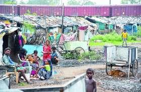 PM आवास की हकीकत: बाबूजी, दो लाख का घर खरीदने की औकात होती तो गंदगी में नहीं रहते