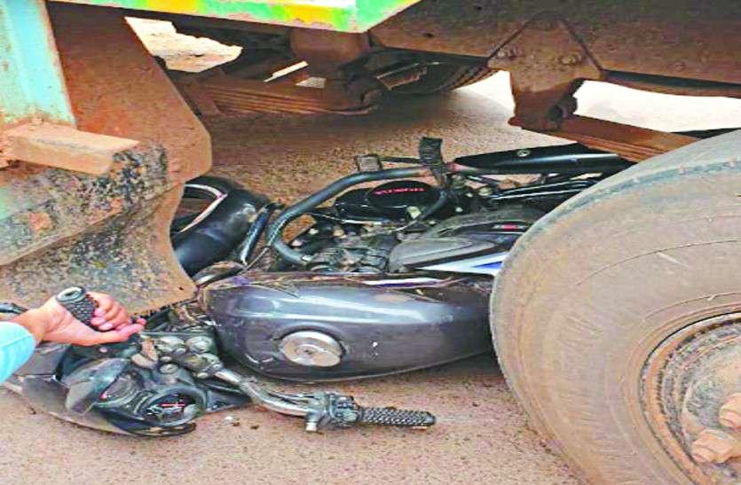 तेज रफ्तार ट्रक की चपेट में आया बाइक सवार, हादसे के बाद लोगों ने जमकर निकाली भड़ास
