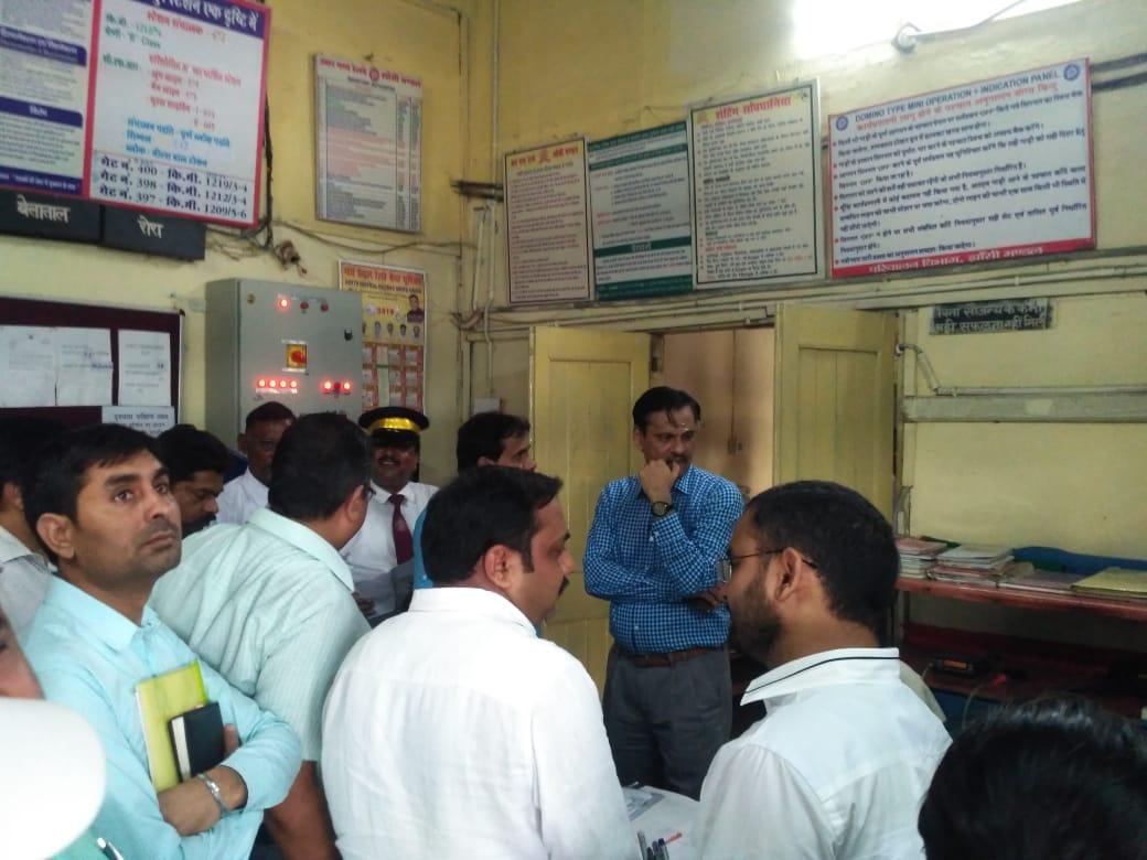 डीआरएम ने हरपालपुर स्टेशन का किया निरीक्षण, अवस्थाओं को दुरुस्त करने के दिए निर्देश