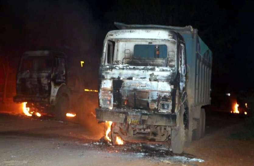 फोटो गैलरी :ग्रामीणों ने 5 से अधिक ट्रक में लगाई आग, मौके पर जाने वाले लोगों पर बरसा रहे लाठियां,