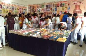 shahpura : पुस्तक प्रदर्शनी में झलका उत्साह, स्कूली बच्चों व युवाओं ने खरीदी पुस्तकें