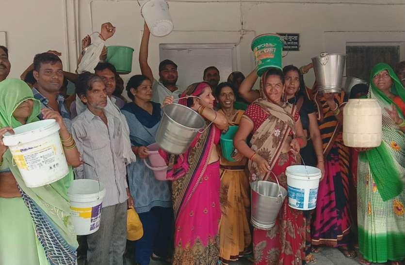 Water Crysis in Firozabad: पांच दिन से नहीं मिला पानी तो रेलवे कॉलोनी की महिलाओं ने उठाया ऐसा कदम कि हिल गया रेलवे प्रशासन, देखें वीडियो