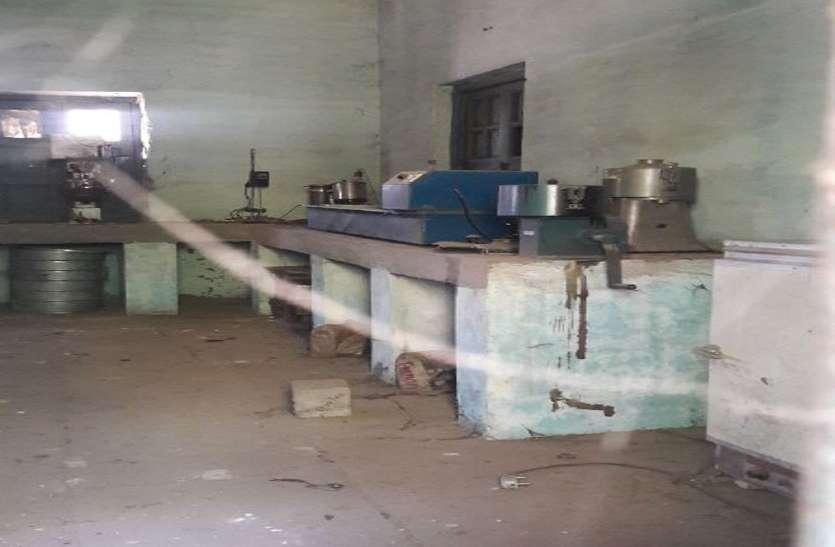 पीआईयू विभाग की लैब में लाखों के उपकरण हो रहे कंडम