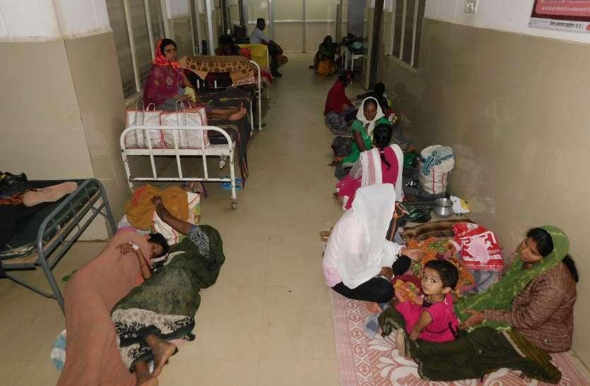 नर्सों के सहारे जच्चा-बच्चा, जमीन पर लेट रही प्रसूताएं, राउंड नहीं करते डॉक्टर