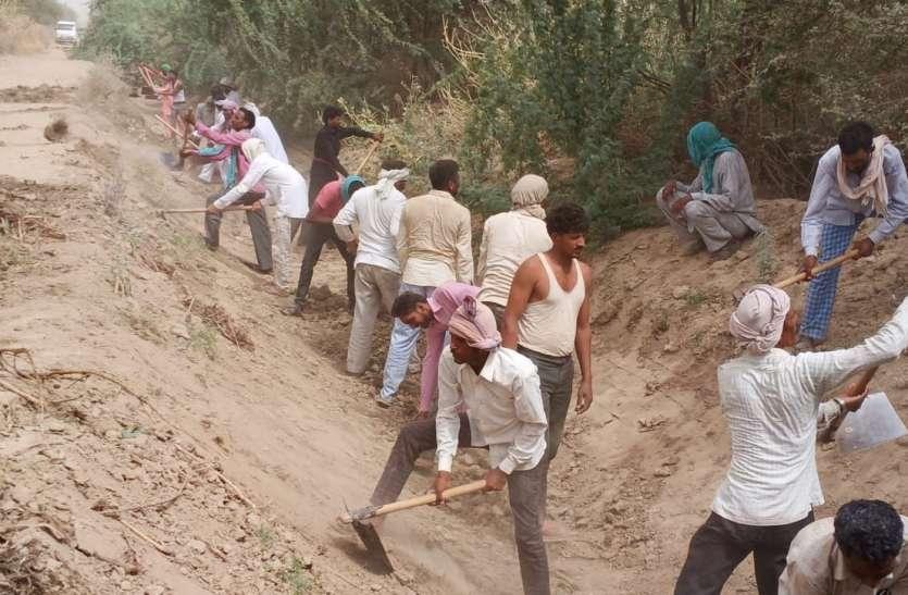 विभाग के पास बजट नहीं, नहर साफ करने के लिए किसानों ने किया चन्दा